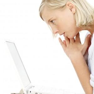 PCを見る女性 - コピー