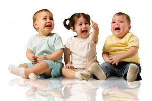 泣く子供たち