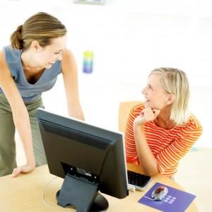 同僚と話をする女性